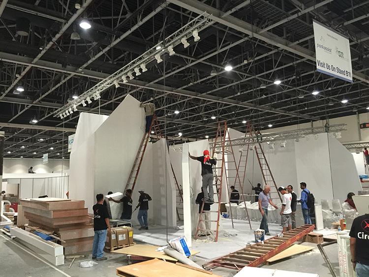 Standbau in Dubai vor Ort
