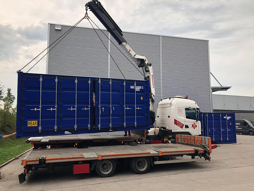 Umgebauter Seecontainer wird für Roadshow Event verladen