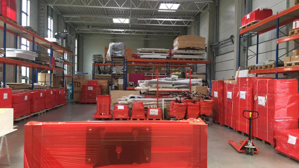 messebauer lager mit paletten eingepackt in roter stretchfolie - Umweltmaßnahme - wir reduzieren Plastik
