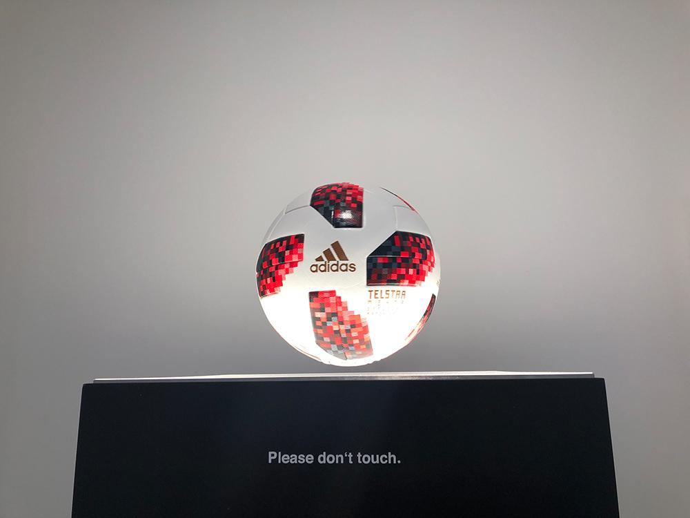 fußball über magnetfeld fliegend über Leuchtdisplay