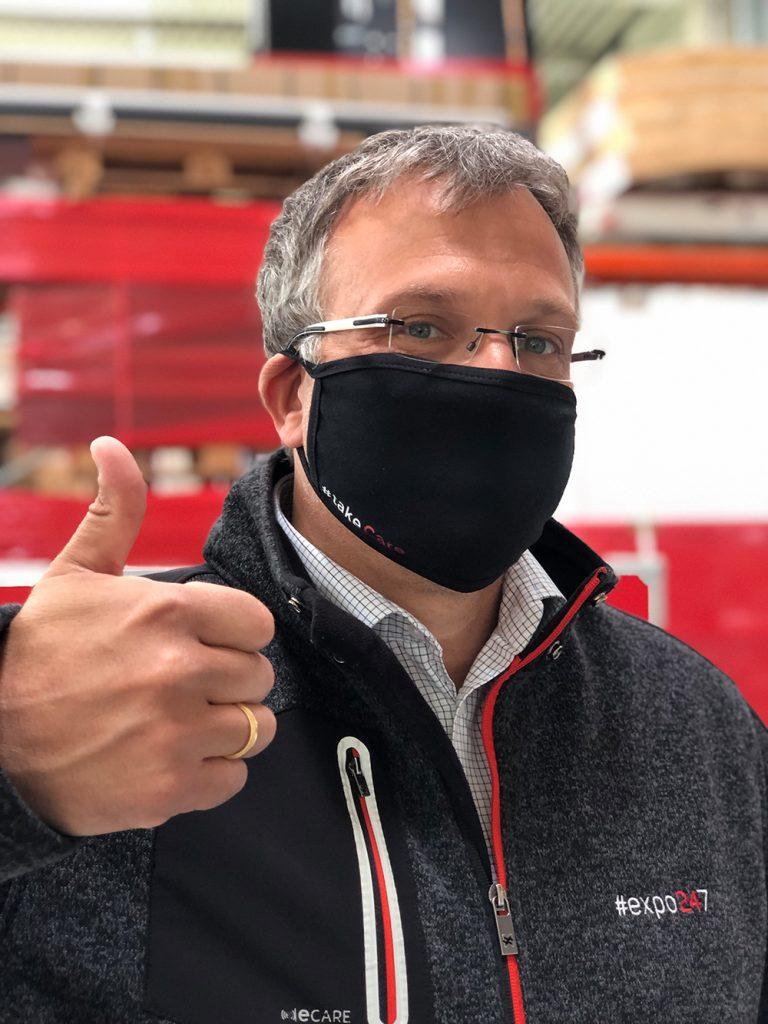 messebauer angelo franke expo24seven gmbH mit Mundschutzmaske schwarz aus Baumwolle im Messebau Lager
