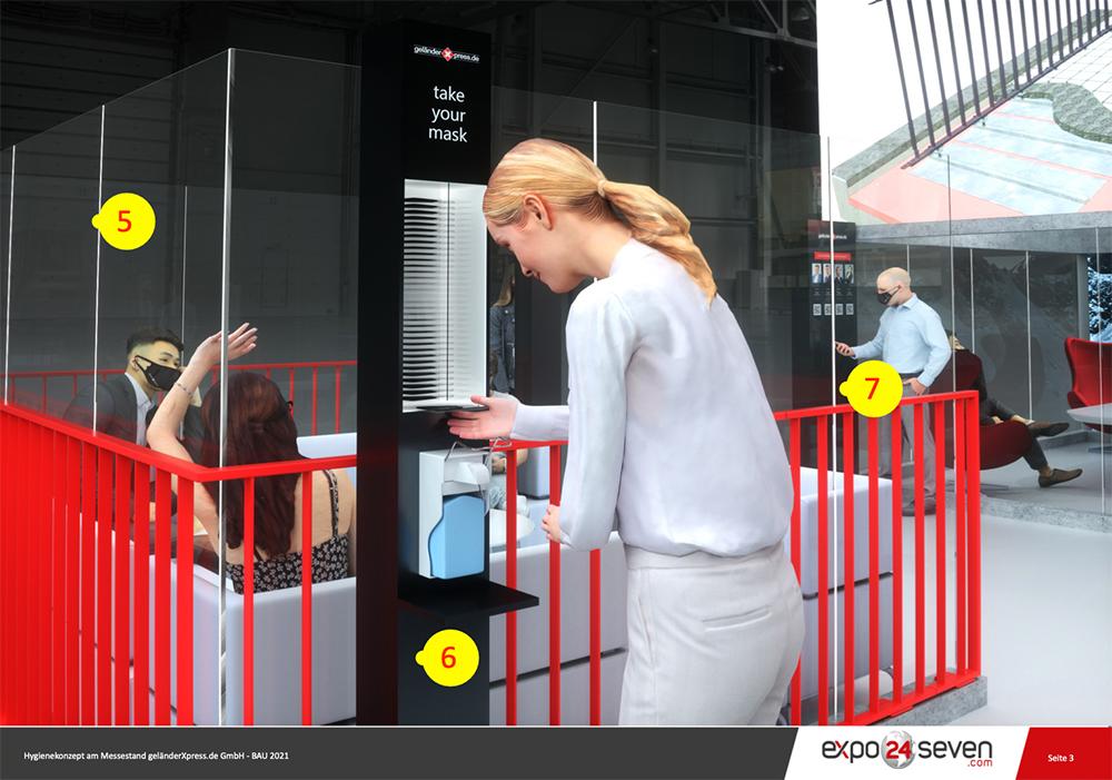 Frau nimmt Maske und Handdesinfektion am Messestand in Messehalle