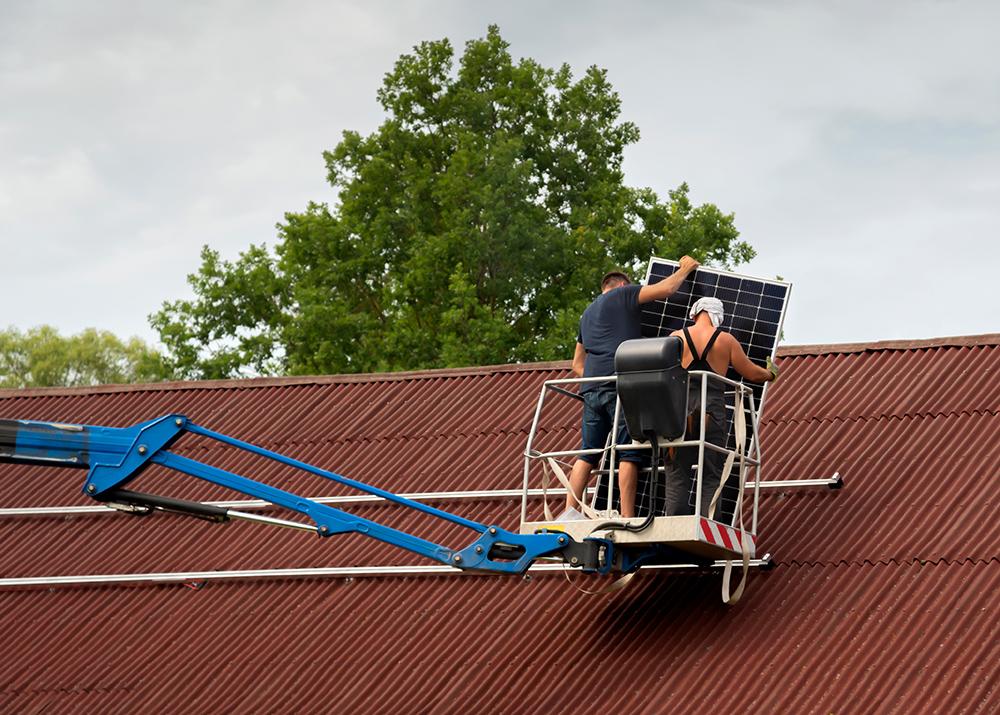 monteure beim abbau einer solaranlage von ziegeldach